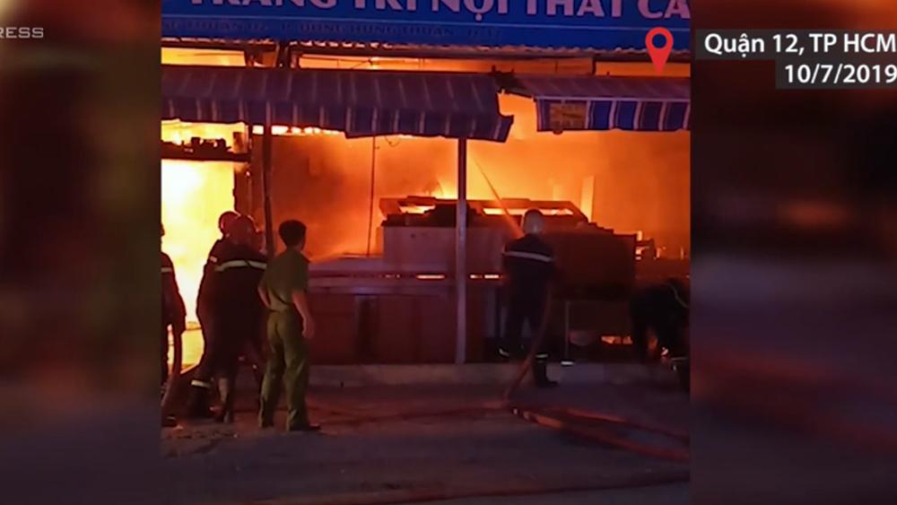 Lửa bao trùm cửa hàng nội thất ở TP Hồ Chí Minh lúc rạng sáng